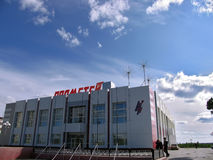 Nadym Ryssland - Juni 22, 2005: Stadsgata, kontorsbyggnad Royaltyfri Bild