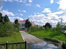 Nadym Ryssland - Juni 13, 2005: Stadsgata, kontorsbyggnad Arkivfoton