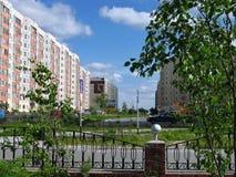 Nadym Ryssland - Juni 22, 2005: Stadsgata, kontorsbyggnad Arkivfoto