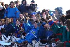 Nadym Ryssland - mars 15, 2008: En folkmassa av obekanta män Nenets Arkivbild