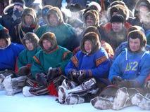 Nadym Ryssland - mars 15, 2008: En folkmassa av obekanta män Nenets Arkivfoton