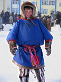 Nadym Ryssland - mars 11, 2005: Obekanta tonåriga Nenets, ställningar I Fotografering för Bildbyråer