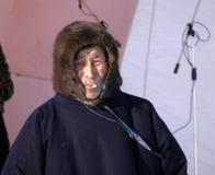 Nadym Ryssland - mars 15, 2008: Okänd man Nenets på etappen Arkivbild
