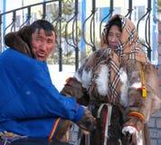 Nadym Ryssland - mars 11, 2005: Okänd man och kvinna - Nenets s Royaltyfri Fotografi