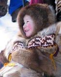 Nadym Ryssland - mars 11, 2005: Okänd pojke Nenets på snowmen Arkivbild