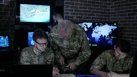 Nadzór wojskowy, wojny baza, grupowi wojskowy IT profesjonaliści, dalej zdjęcie wideo