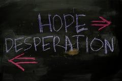 Nadzieja lub rozpaczanie pisać z kolor kredy pojęciem na blackboard obrazy royalty free