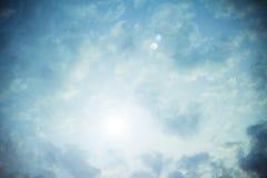 Nadziemski jaskrawy niebieskie niebo z słońce racą obrazy royalty free