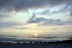 Nadziemski lato wschód słońca Nad Drewnianym molem na plaży obrazy royalty free