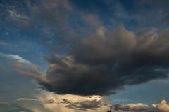 Nadziemskie chmury w wieczór Fotografia Royalty Free