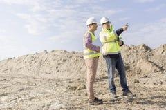 Nadzorca egzamininuje budowę przeciw niebu Zdjęcia Royalty Free