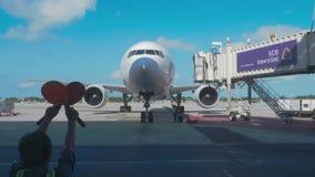 Nadzorca spotyka pasażerskiego samolot przy lotniskiem zbiory