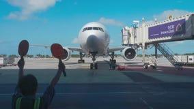 Nadzorca spotyka pasażerskiego samolot przy lotniskiem zbiory wideo