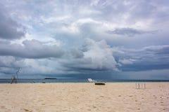 Nadzwyczajna plaża piasek, słońce i samotny pokładu krzesło, fotografia royalty free