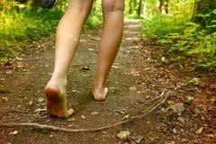 Nadzy cieki chodzi wzdłuż lasowego sposobu zakończenia w górę fotografii Obraz Royalty Free
