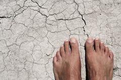 Nadzy cieki mężczyzna na krakingowej suchej ziemi Zdjęcie Stock