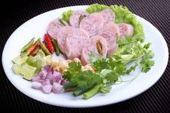 Naem (ταϊλανδικό ξινό χοιρινό κρέας) - αγαπημένα ταϊλανδικά τρόφιμα με τον ασβέστη, τσίλι, φασόλι, πιπερόριζα, κρεμμύδια Στοκ Φωτογραφία