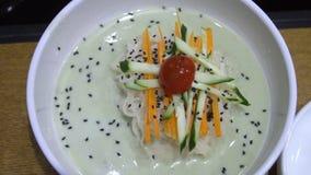 Naengmyeon - minestra di pasta del grano saraceno raffreddata Coreano tradizionale Piatto freddo autentico in cucina asiatica video d archivio