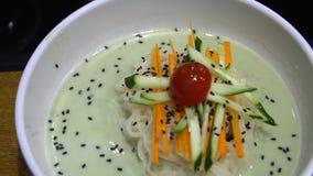 Naengmyeon - minestra di pasta del grano saraceno raffreddata Coreano tradizionale Piatto freddo autentico in cucina asiatica archivi video