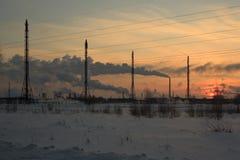 Nafciana chemii rafineria przy zmierzchu nieba tłem wewnątrz Obraz Stock