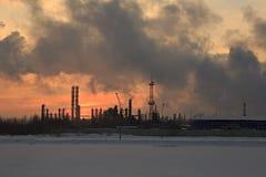 Nafciana chemii rafineria przy zmierzchu nieba tłem w zimie Obrazy Royalty Free