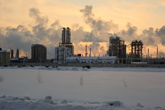 Nafciana chemii rafineria przy zmierzchu nieba tłem w zimie Fotografia Royalty Free