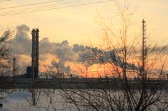 Nafciana chemii rafineria przy zmierzchu nieba tłem w zimie Zdjęcia Royalty Free