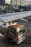 Nafciana ciężarówka refueling samolot przed zdejmował przy Hong Kong lotniskiem fotografia stock