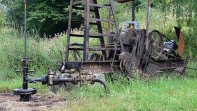 Nafciana pompa funkcjonująca w lasowym terenie zbiory