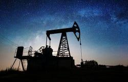 Nafciana pompa na polu naftowym w nocy obrazy stock