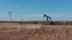 Nafciana pompa w wsi Oklahoma - Pompowa dźwigarka zbiory wideo