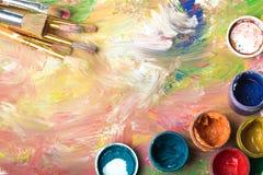 Nafciane farby palety i farb muśnięcia, zamykają up Zdjęcia Stock