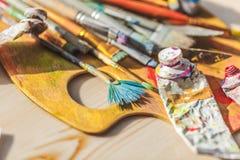 Nafciane farby palety i farb muśnięcia, zamykają up Zdjęcia Royalty Free