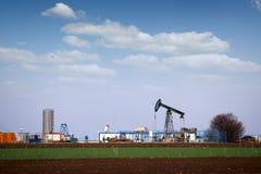 Nafcianej pompy dźwigarka w polu naftowym obraz royalty free