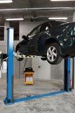 Nafcianej zmiany lub silnika Promega specjalny automatyczny przyrząd Samochód na dźwignięciu przygotowywał naprawiać Obraz Stock