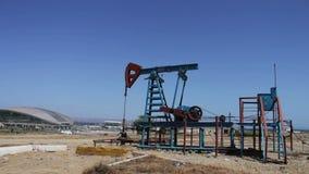 Nafciani pumpjacks w pracującym polu naftowym w Baku, Azerbejdżan Sylwetka pracować nafcianą pompę na tle niebieskie niebo i zbiory wideo