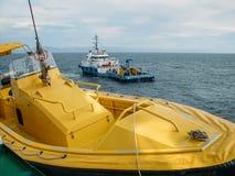 Nafciany badanie i sejsmiczny naczynie statek lub eksploracji dennej i żółtej przy innym statkiem w łodzi na przedpolu fotografia stock