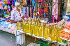 Nafciany handlarz w Wellawaya rynku Zdjęcia Royalty Free