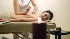 Nafciany relaksu masaż dla plecy Mężczyzna naciera sezamowego olej dla młodej kobiety, suwak zbiory wideo