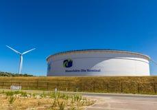 Nafciany zbiornik i silnik wiatrowy Zdjęcia Royalty Free