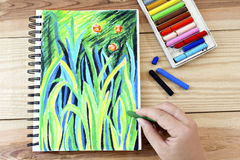 Nafcianych pastel kredek zrywania sztuki kolorowy rysunek na drewno stole Zdjęcie Royalty Free