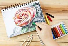 Nafcianych pastel kredek zrywania sztuki kolorowy rysunek na drewno stole Fotografia Stock