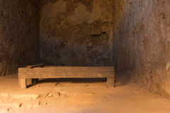 Nafplio, Grecja, 28 2015 Grudzień Stary drewniany łóżko wśrodku starej cela więziennej przy Palamidi kasztelem w Nafplio Grecja Zdjęcie Stock
