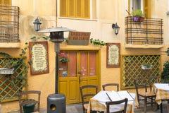 Nafplio, Grecja 27 2015 Grudzień Tradycyjna tawerna przy Nafplio w Grecja przygotowywającym witać ludzi dla lunchu Obraz Stock