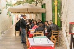 Nafplio, Grecja 27 2015 Grudzień Tradycyjna tawerna przy Nafplio w Grecja z ludźmi ma ich lunch Fotografia Stock