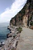 Nafplio Grekland som går slingan runt om berg som leder dig in i town. Arkivbild