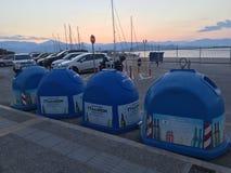 Nafplio, Griechenland, am 13. Juli 2018: Große Behälter für das Sammeln von Glasverpackung stockbilder