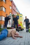 Nagły wypadek drużyna pomaga nieświadomie mężczyzna na ulicie fotografia stock