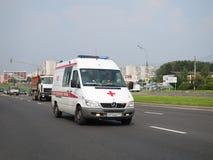 Nagły wypadek z zawierać migaczem ściga się w ruchu drogowym na ulicie Obrazy Stock
