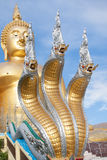 Naga и большая статуя Будды золота под конструкцией в тайском виске с ясным небом WAT MUANG, ремень Ang, ТАИЛАНД Стоковые Изображения RF